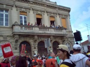 Spectators in every window and balcony